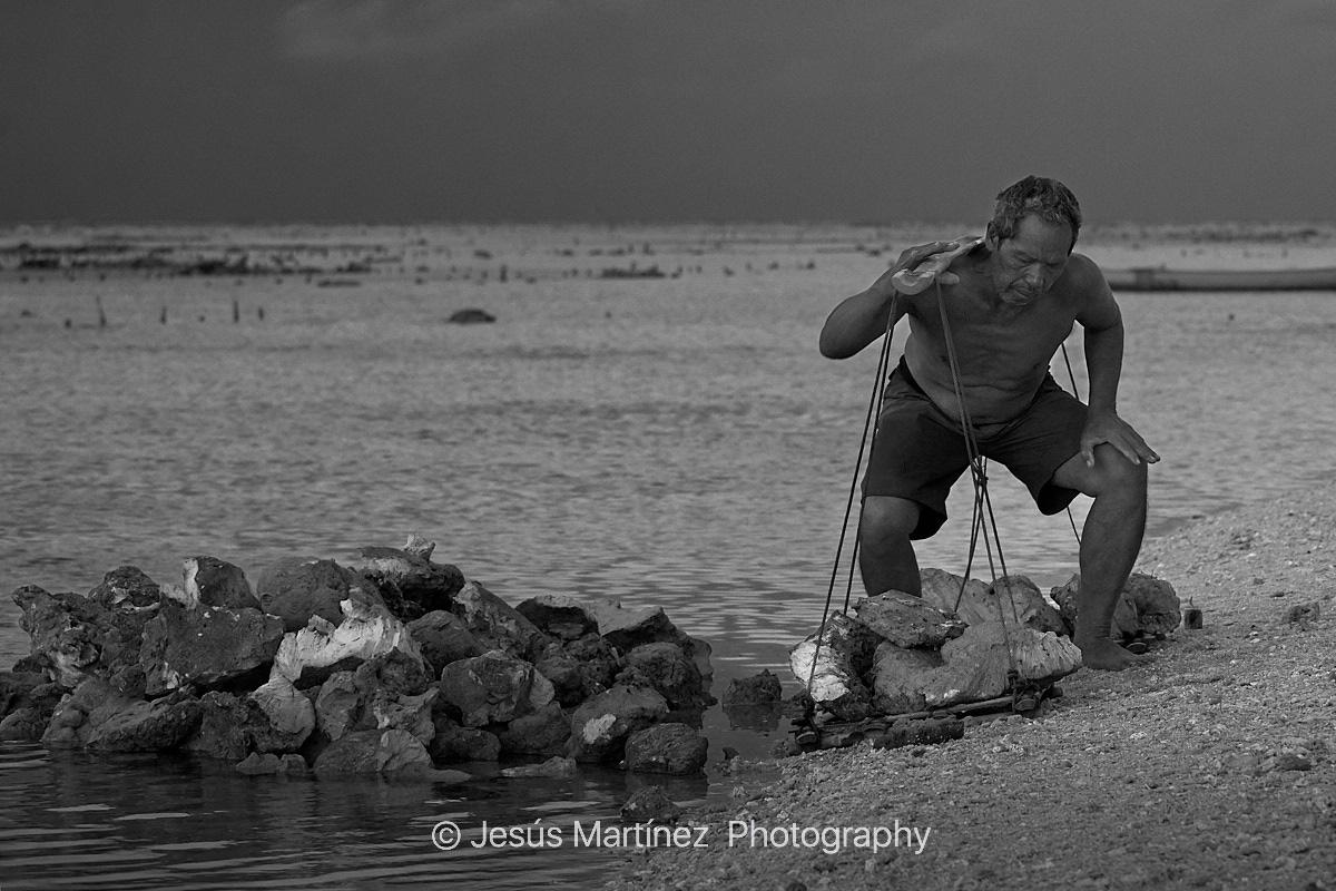 Balinés transportando piedras