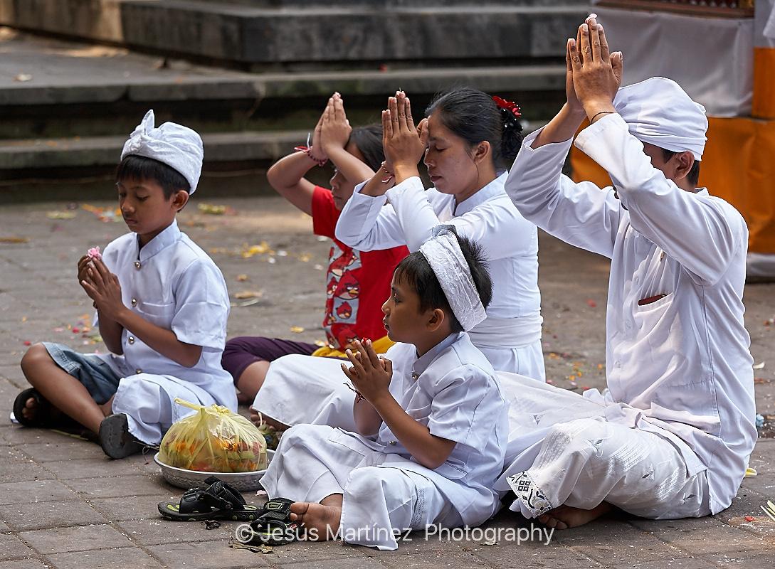 Familia balinesa orando